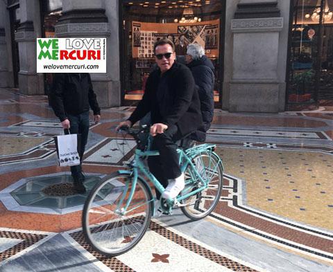 Arnold_Schwarzenegger_shopping_Milano .jpg