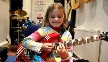 Bambina suona Guns N' Roses.jpg