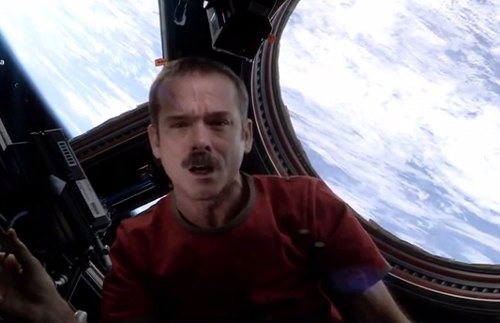 Chris Hadfield_canta_David Bowie nello Spazio.jpg