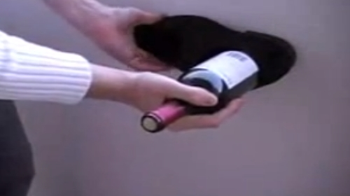 Come aprire una bottiglia di vino senza cavatappi_welovemercuri.jpg