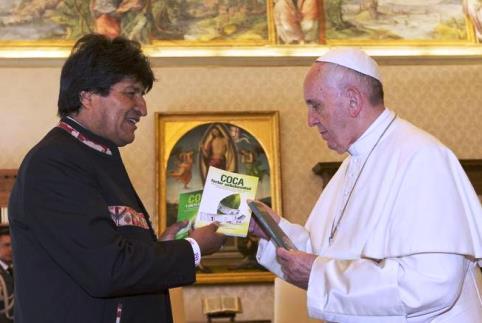 Evo Morales dal Papa_libri sulla coca.jpg