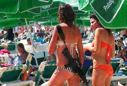 Israeliana-con-fucile-sulla-spiaggia.jpg