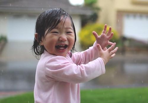 La bambina che scopre la pioggia.jpg