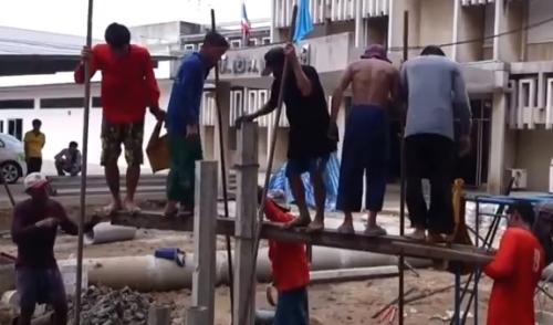 Muratori thailandesi al lavoro.jpg