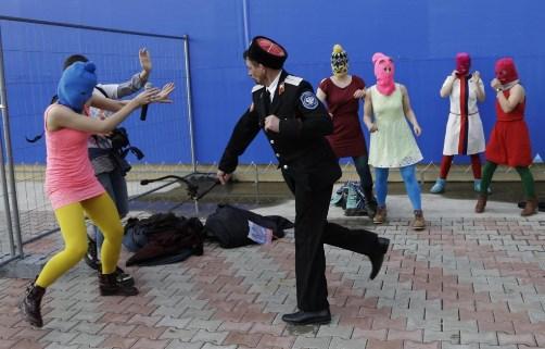 Pussy-Riot-picchiate-e-frustate-dai-cosacchi-a-Sochi.jpg