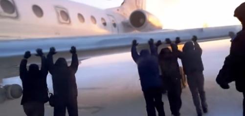 Russia aereo si ghiaccia, passeggeri lo spingono.jpg