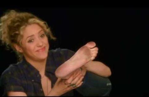 Shakira_Barefoot_Gimnopodismo_welovemercuri.jpg