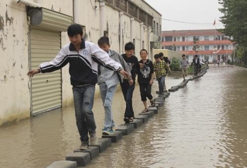 Shangjiu_passerelle_inondazioni_welovemercuri.jpg