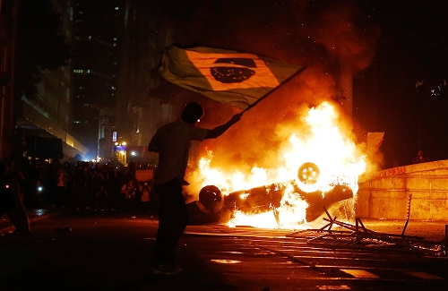 brasile_protesta_calcio.jpg