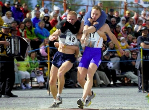 corsa con la moglie in spalla_welovemercuri.jpg