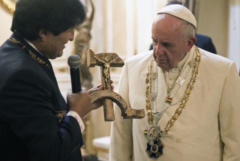 crocifisso intagliato_falce_martello_Evo Morales.jpg