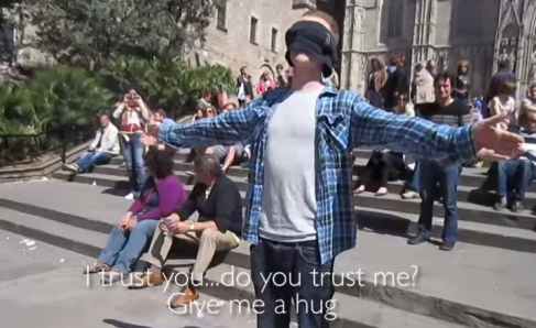 esperimento sociale di abbracci.jpg